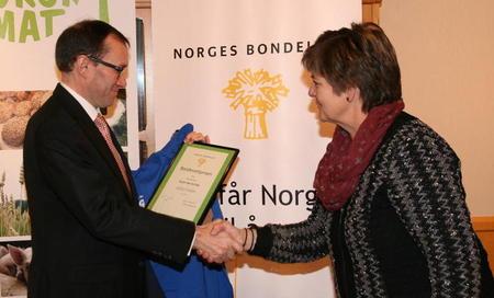 Nestleder i Norges Bondelag, Berit Hundåla, overrekker bondevettprisen til Utenriksminister Espen Barth Eide.