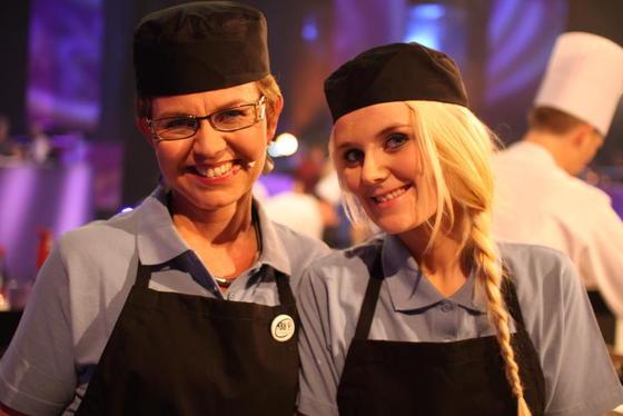 Bygdekvinnelagsleder Kathrine Kleveland deltok som matentusiast på laget Sørpå. Her sammen med makker og pølsemakerlærling Benedikte Brubakken. Foto: Guro Bjørnstad.