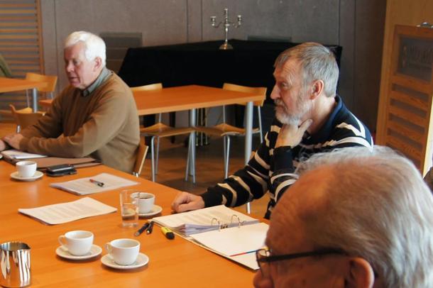 Svend Aage Petersen (i stripete genser) er leder for Knutepunkt Horten Vest og ledet pressekonferansen.