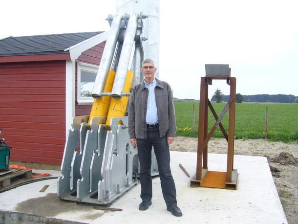 Prosjektleiar Terje Engvik ved gardsvindmøllefundament Lista