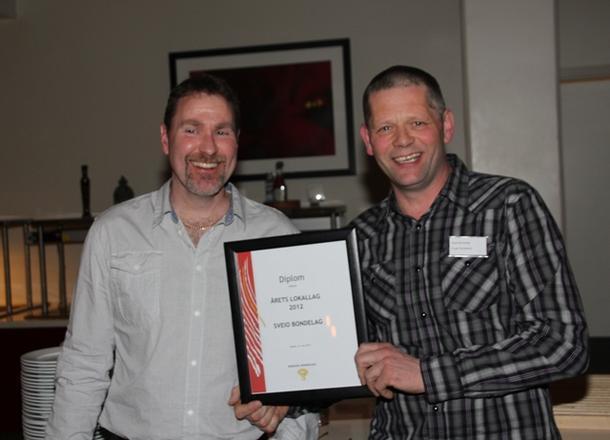 Sveio Bondelag vart kåra til Årets lokallag i 2012 medan Frode var leiar. Her med Jan Holger Hamre som også gav seg i år etter mange år i lokallagsstyret.