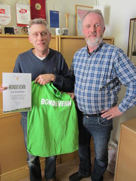 Iver Erling Støen mottar dilom og Bondevenn-t-skjorte av leder i Oppland Bondelag Trond Ellingsbø.