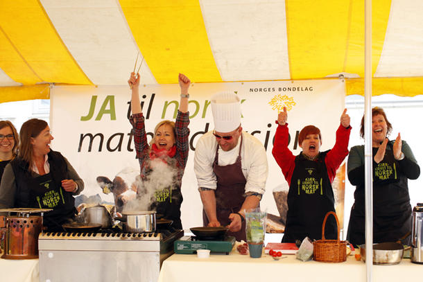 Det rødegrønne laget fikk flest stemmer av publikum, men måtte se seg slått i kokkekampen. Fra venstre Åste Marie Lande Lindau (KrF) og Elin Agdestein (H) fra det blå laget, videre Ingvild Kjerkol (Ap), kokk Trond Asgeir Lyngstad, Anne Kolstad (SV) og Hege Nordheim-Viken (Sp)