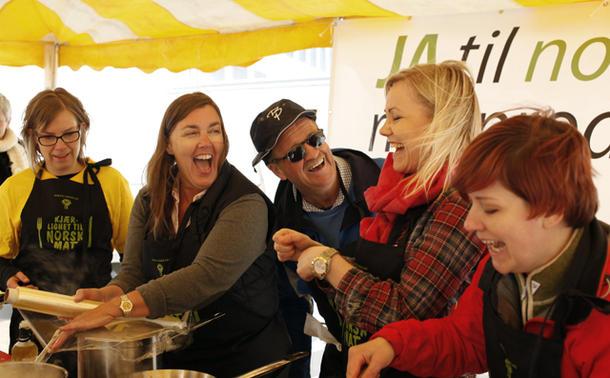 Humøret var på topp blant de politiske motstanderne, fra venstre Åste Marie Lande Lindau (KrF), Elin Agdestein (H), Gunnar Viken (H), Ingvild Kjerkol (Ap) og Anne Kolstad (SV).