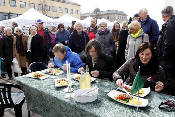 Aldri før har vel Bjørn Erik Øvrelid, Namdalsavisa, Bjørnar Frønes, Bondebladet og Elin Sofie Lorvik, Trønder-Avisa hatt et så stort publikum under middagen. Dommerpanelet avsa enstemmig kjennelse for seier til blått lag.