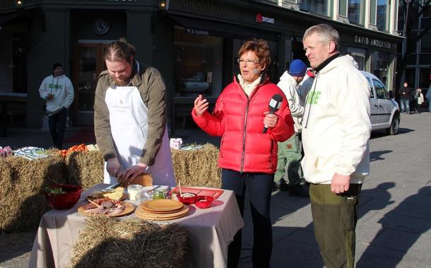 Bondelagsleder Nils T. Bjørke serverte norsk frokost også på God Morgen Norge sammen med TV2s Wenche Andersen, foto: Ragna Kronstad.