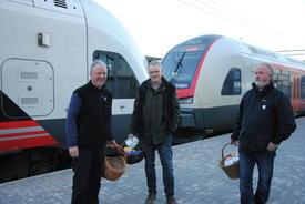 Ola Råbøl, Hans Gunstad og Trond Ellingsbø venter på morgentrøtte togpassasjerer.