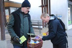 Hans Gunstad serverer yoghurt til folk på tur til jobb utenfor fylkeshuset.