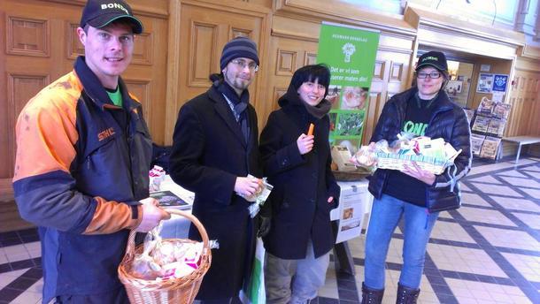 På bildet fra venstre: Arnulf Berg, Stian Røbergeng, Anette Jensen og Ann Kristin Raabe Bjurling. Røbergeng og Jensen fikk frokost, og satte pris på å få lokalprodusert matpakke, både fordi maten er trygg, og fordi transporten er kortere (miljø og kostnad), foto: Guro Beck.