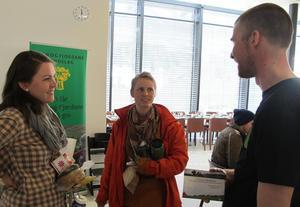 Leiar i Sogndal Bondelag, Jostein Flatland i samtale med to studentar