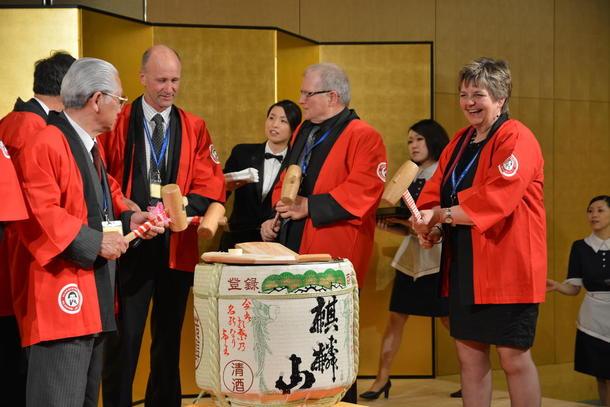 Bilettekst: Berit Hundåla (t.h) takka av etter 2 år som europeisk representant i WFO-styret. Her deltok ho saman med resten av styret i offisiell opning av ei sake-tønne (japansk risvin), foto: Hildegunn Gjengedal.