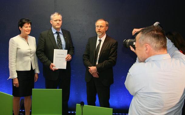 Fra pressekonferansen i LMD, fra venstre Småbrukarlagets leder Merete Furuberget, Bondelagsleder Nils T. Bjørke og statens forhandlingsleder, Leif Forsell, foto: Ragna Kronstad.