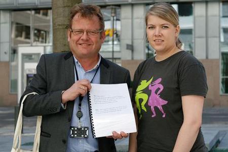 Statssekretær Harald O. Buttedahl mottok oppropet fra bygdepolitisk nestleder Gunn Jorunn Sørum i NBU. Foto: NBU.