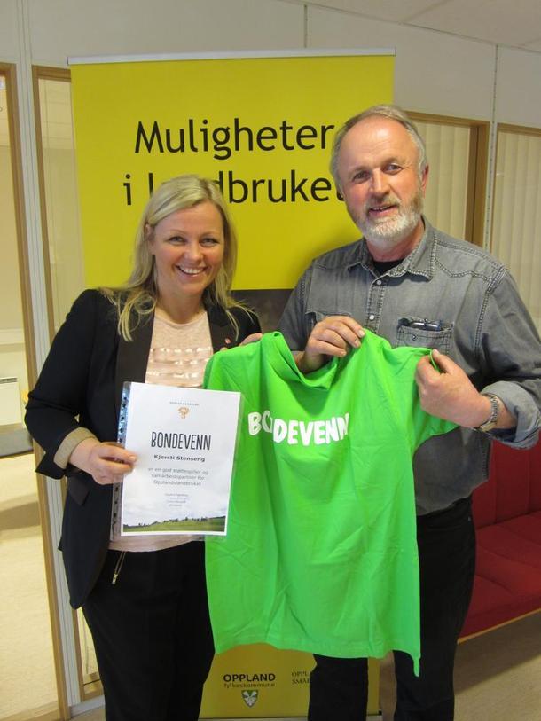 Kjersti Stenseng blir utnevnt til Bondevenn av Trond Ellingsbø.