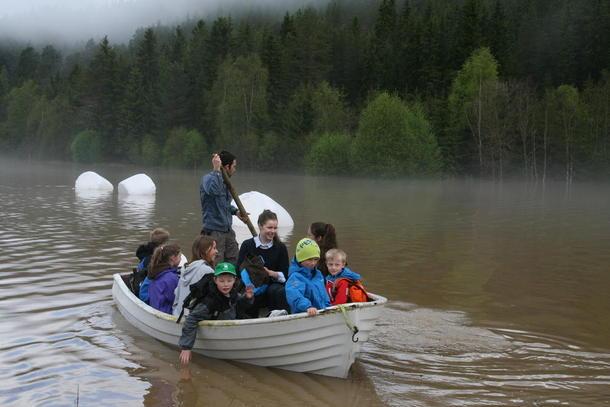 Johan Grindflek på Elvål i Rendalen måtte frakte skoleungene i båt torsdag. (Foto: Berit Grindflek)