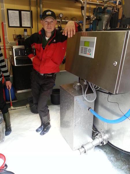 Kvikne og Skåbu er isolert og mjølkebilen kommer ikke til gards. Her tømmer Odd Kåre Berget ut 1500 liter mjølk. Foto: Mette Elisabeth Stenseng