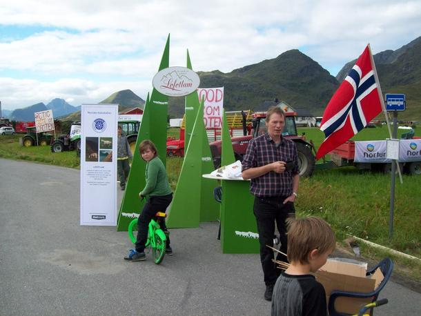 Kåre Holand, nestleder i Nordland Bondelag, nyter sin kaffe mens en venter på syklistene, foto: Ketil A. Høyen.