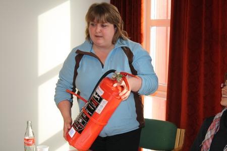 Styremedlem og leder i Veidnes Bondelag Rakel Løkke vant et brannslukkingsapparat fra Gjensidige.
