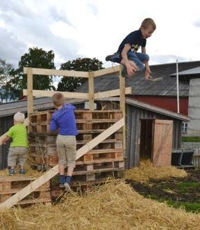 Hopping i høyet eller halmen er populært under Åpen gård. (Arkivbilde)