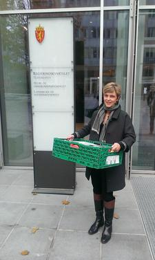 ..med epler til den nye landbruksministeren, foto: Harald Velsand.