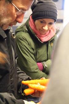 Jens Edvard Kase forteller om kvaliteten på økologiske gulrøtter, foto: Kari Marte Sjøvik.