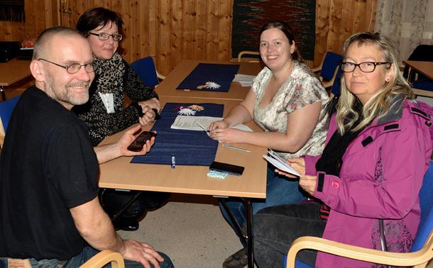 MØTE: De startet med en gang, deler av det nye styret hadde et lite møte etter årsmøtet, Geir Kristiansen, Bodil Silset, leder Anette Liseter og Solgunn R. Ekker.