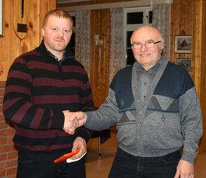 TAKK: Takk for samarbeidet til Bjørn Ståle Flore, Oddbjørn Solum overrakte gave.