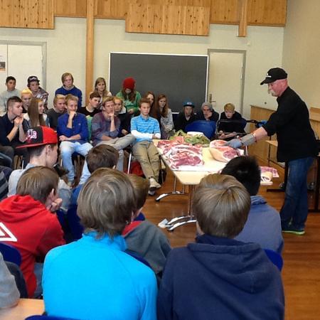 Her deler Bjørn Moastuen opp griseslaktet mens ungdomsskoleelevene ser på. Foto: Knut Olav Thujord