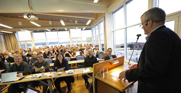 En lydhør forsamling hørte Nils T. Bjørkes betraktninger om den nye blå regjeringen.