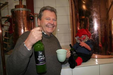 Marius Egge på Egge gård med eplegløgg.