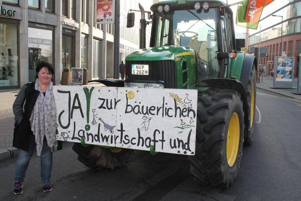 Fylkesleder Birte Usland på demonstrasjon i Berlin.