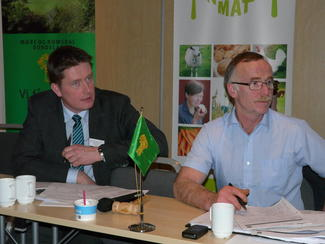 Fylkesleder Inge Martin Karlsvik (t.v.) og ordfører i årsmøtet, Oddvar Tynes (Foto: Arild Erlien).