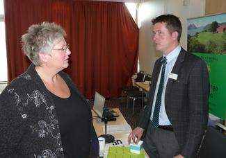 Nestleder i Norges Bondelag, Brita Skallerud, gjestet årsmøtet, her i samtale med fylkesleder Inge Martin Karlsvik (Foto: Arild Erlien)