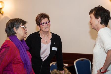 Fra venstre: Stortingsrepresentantene Rigmor Andersen Eide (KrF) og Elisabeth Røbekk Nørve (H) i samtale med direktør ved Bioforsk på Tingvoll, Kristin Sørheim (Foto: Arnold Hoddevik).