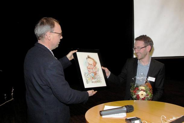 Avtroppende leder i Akershus Bondelag, Odd-Einar Hjortnæs, får overrakt en karikaturtegning som avskjedsgave etter seks år som fylkesleder.