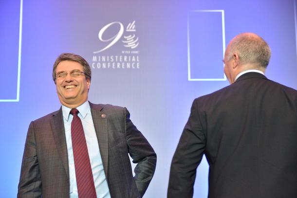 WTOs generaldirektør Roberto Azevedo ber medlemslanda setje opp farten for å bli samde om ein arbeidsplan for Doha-runda innan desember. Her saman med landbruksansvarleg John Adank etter at Bali-pakken var eit faktum.