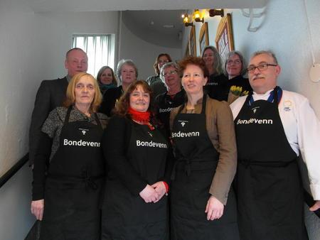 Styreleder i Nordland Bondelag Bernt Skarstad og styremedlmmene Tove Mosti Berg og Lena Mikkelsen sammen med alle Bondevennene våre i Bodø.