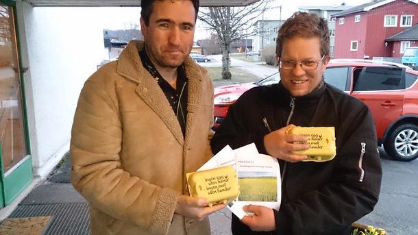 Petter Simonsen og Lars Vegard Borstad på tur rundt til politikerne med egg og flyer.