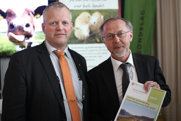 Nils T. Bjørke sammen med departementsråd Leif Forsell. Foto: Marthe Haugdal
