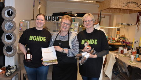 2Mrom ved Tone Haugen mottok den siste bondevennutmerkelsen på Namdalseid. Foto: Svein Tore Kolstad, Lokalavisa Verran/Namdalseid