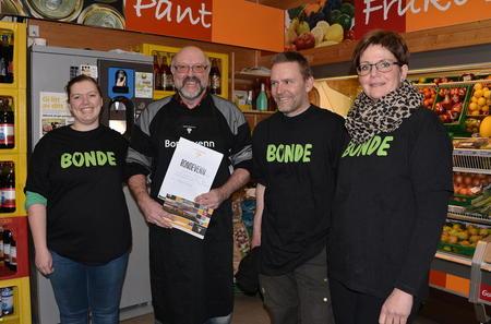 Namdalseid Bondelag overrasket journalisten Svein Tore Kolstad med å gi han tittelen Bondevenn. Her sammen med Anette Lister, Geir Kristiansen og Bodil Silset.
