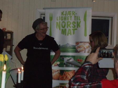 Hanna Margrethe Tidslevold fra Urtehagen på Tofte som mottar sin utmerkelse i Bondevennkampanjen
