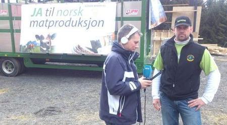 Foto: 13.mai i Lier,  forberedelser til aksjon, Egil Chr. Hoen og en journalist fra NRK.