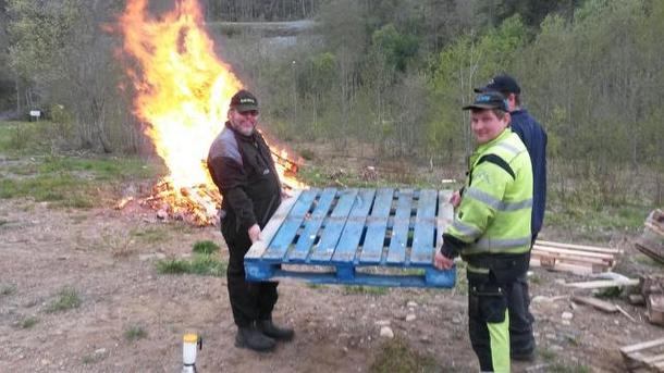 Bønder kaster blåmalt palle på bålet i protest mot økt sentralisering av landbruket