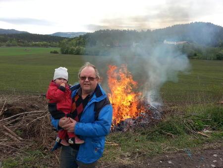 Foto: Tenning av ild fra Vaker på Ringerike 14.mai. Ottar Riis Strøm.