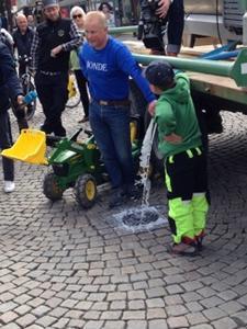 Foto: Per Borge tømmer ut melk på Bragernes Torg.