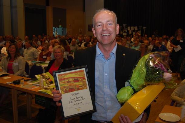 Leder i Veldre Bondelag Lars Opsal jr var overveldet over å få prisen for årets lokallag. Foto Guro Breck.