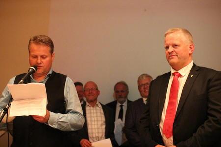 Nils T. Bjørke blir takket av.