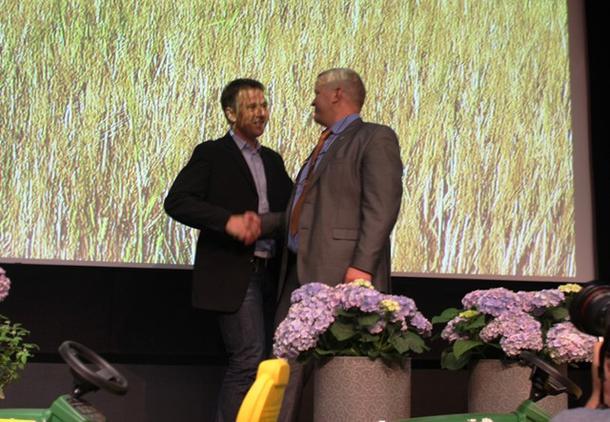 Avtroppande leiar Nils T. Bjørke gratulerer nyvalt leiar Lars Petter Bartnes. Foto: Marthe Haugdal