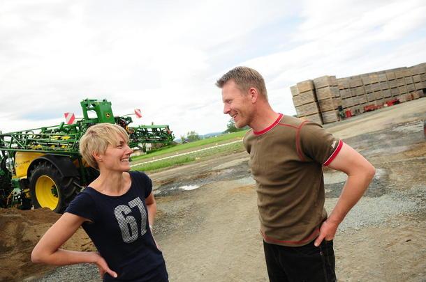 Ikke på sparebluss: Aud Mari Folden og Bent Ingar Fuglu dyrker gulrot, kålrot og potet på gården Røstad Øvre i Levanger. I tillegg har de høylandsfe. De satser stort,  og siden de overtok i 2005 har de investert 15 millioner kroner.